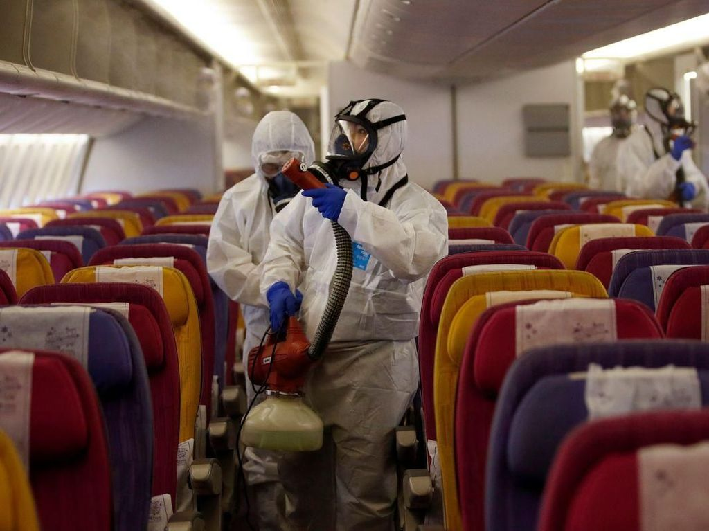Kru Maskapai Ini Pakai Alat Lengkap Bersihkan Pesawat dari Corona