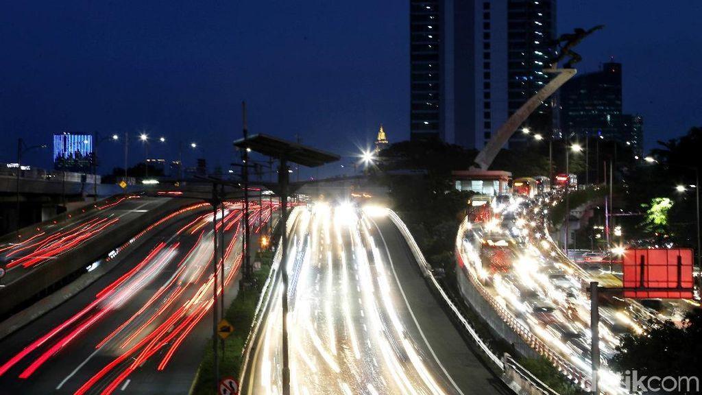 Menikmati Indahnya Cahaya Kemacetan dari Balik Lensa
