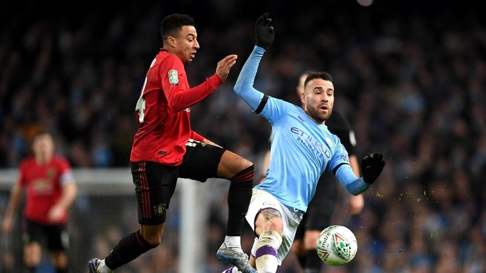 MANCHESTER, ENGLAND - JANUARY 29: Nicolas Otamendi of Manchester City tackles Jesse Lingard of Manchester United during the Carabao Cup Semi Final match between Manchester City and Manchester United at Etihad Stadium on January 29, 2020 in Manchester, England. (Photo by Shaun Botterill/Getty Images)