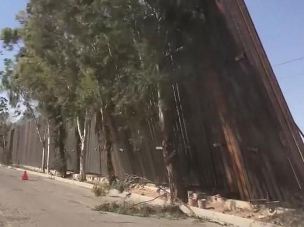 Panel Tembok Perbatasan AS-Meksiko Nyaris Roboh Diterjang Angin Kencang