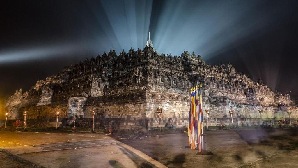Penampakan Candi Borobudur yang Ditempeli Permen Karet