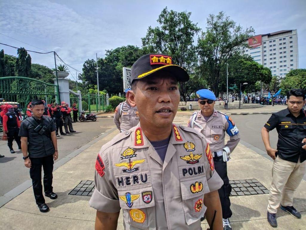 Polisi Amankan Massa yang Dicurigai Tak Berkelompok di Patung Kuda Jakpus