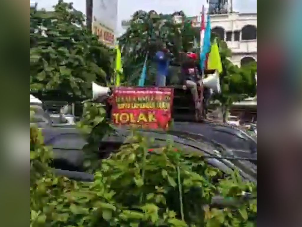 Video Pedemo Bikin Tol Kebon Jeruk Macet Panjang!