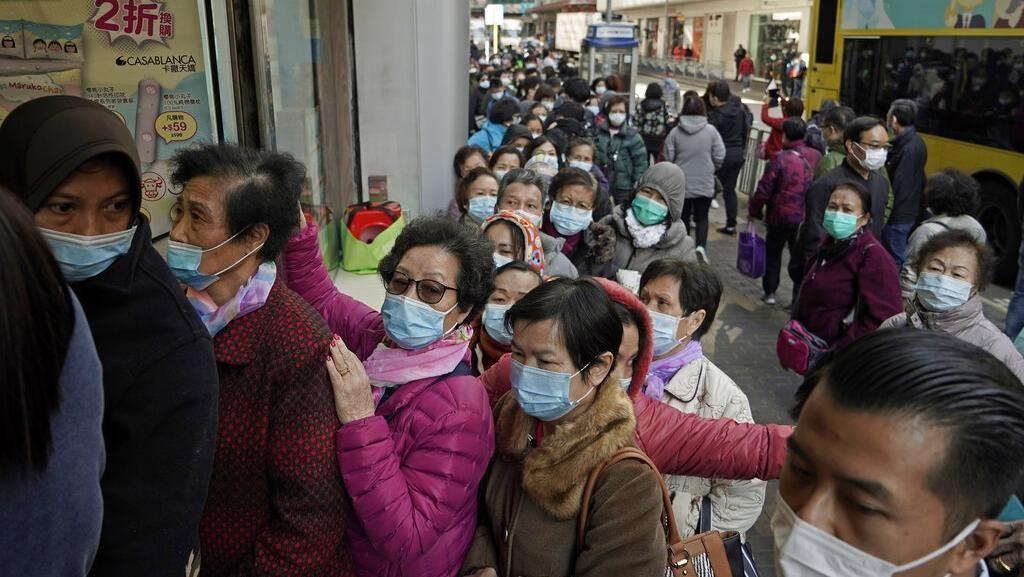 Warga Hong Kong Antre Beli Masker Demi Terhindar Virus Corona