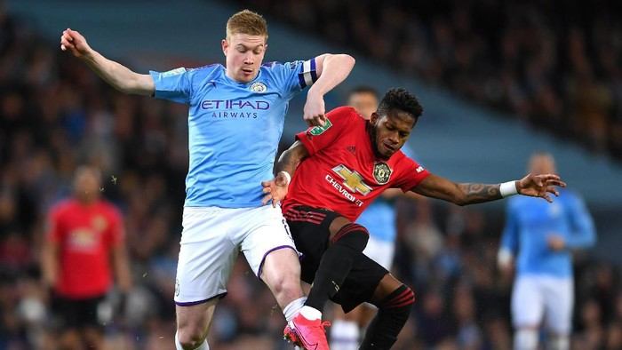 MANCHESTER, ENGLAND - JANUARY 29: Kevin De Bruyne of Manchester City battles for possession with Fred of Manchester United during the Carabao Cup Semi Final match between Manchester City and Manchester United at Etihad Stadium on January 29, 2020 in Manchester, England. (Photo by Laurence Griffiths/Getty Images)