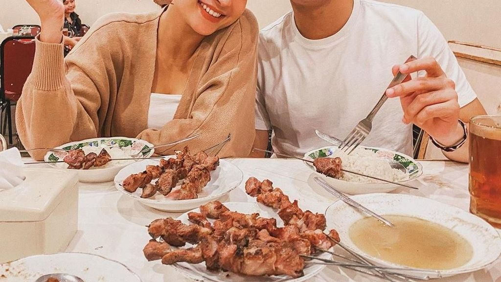 Potret Romantis Awkarin dan Sabian Tama Saat Makan Bareng