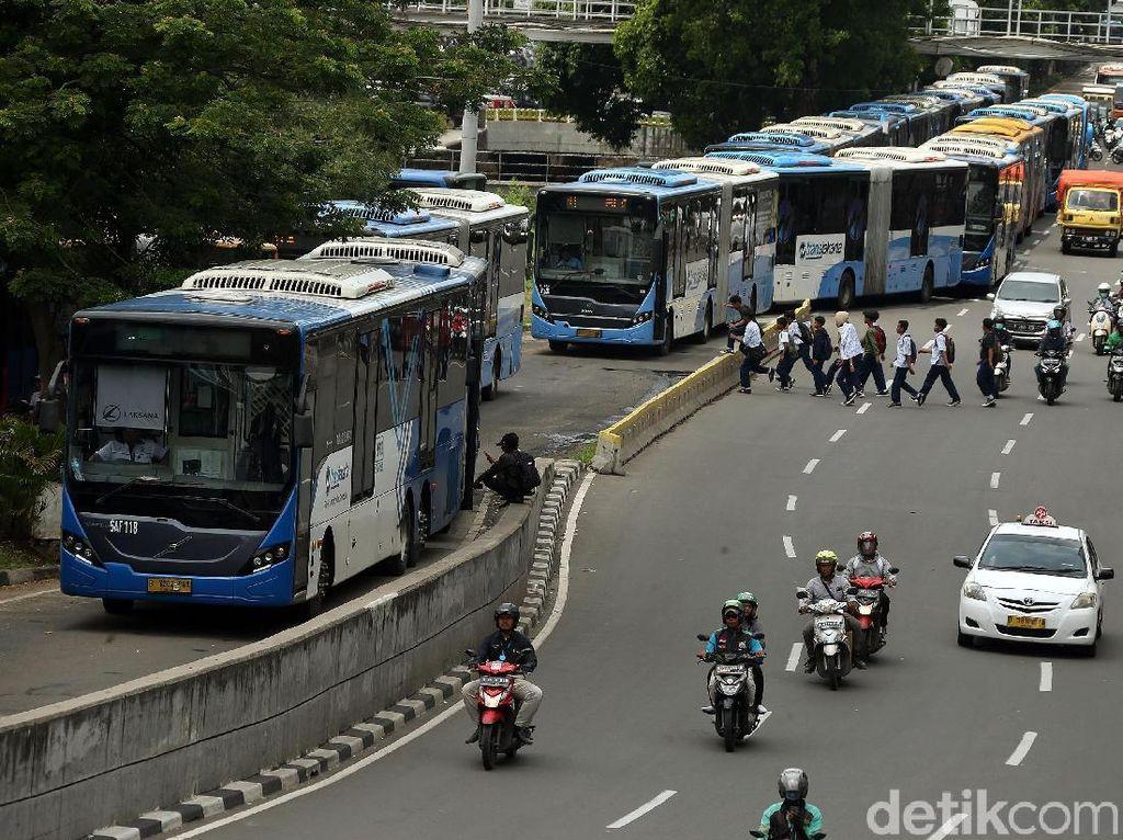 Suasana Kepanikan Penumpang Saat Bus TransJakarta Terhenti di Rel KA