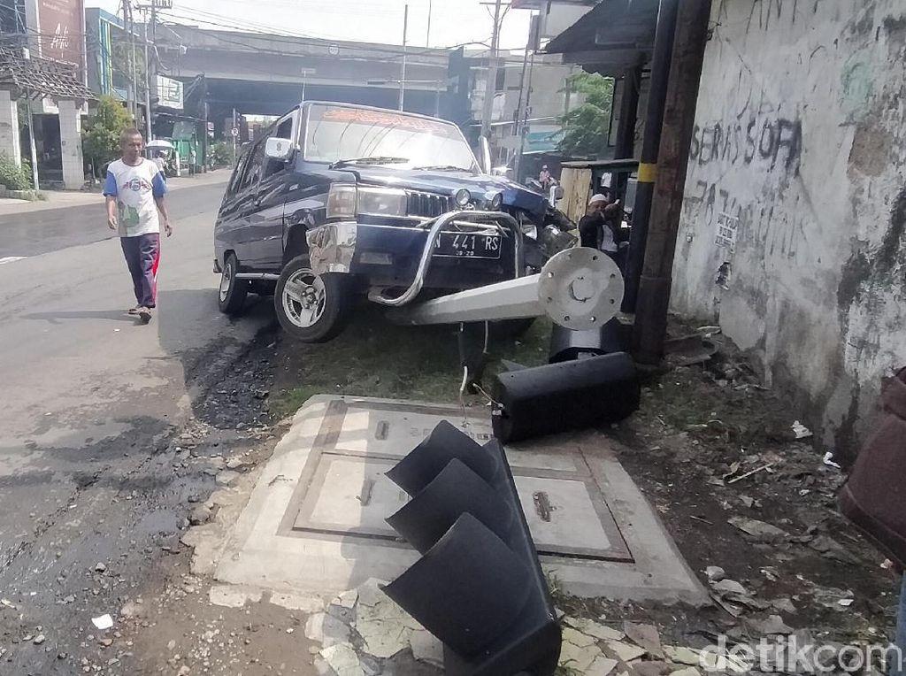 Sopir Ngantuk, Mobil Muat 7 Orang Tabrak Traffic Light di Surabaya