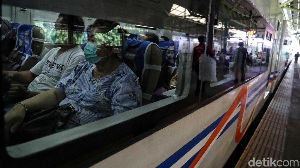 PT KAI Bagi-bagi Masker Cegah Virus Corona di Gambir