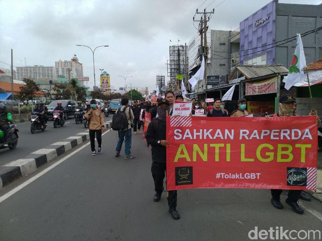 Demo Minta Raperda Anti-LGBT Disahkan, Massa Long March ke Kantor Walkot Depok