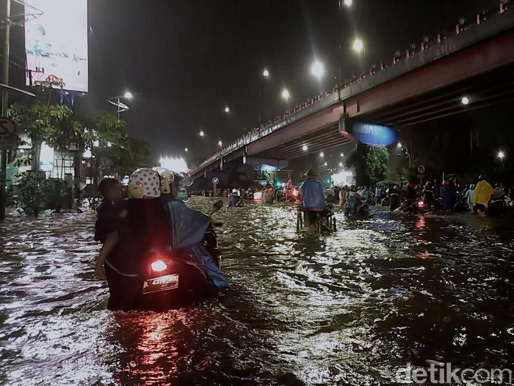 Seekstrem Apa Sih Hujan yang Banjiri Surabaya Kemarin