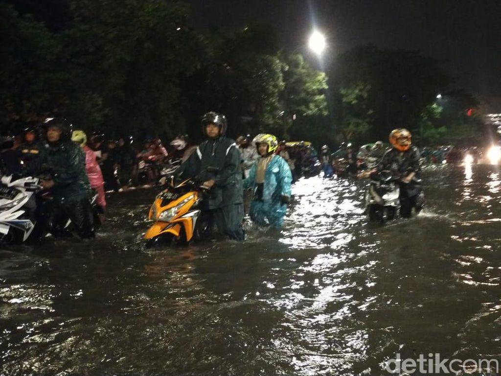 Jalanan Kota Surabaya Tergenang Air Diterjang Hujan Deras
