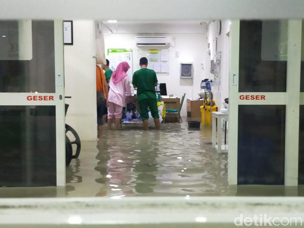Air Setinggi 15 Cm Menggenangi IGD Rumah Sakit Islam Wonokromo