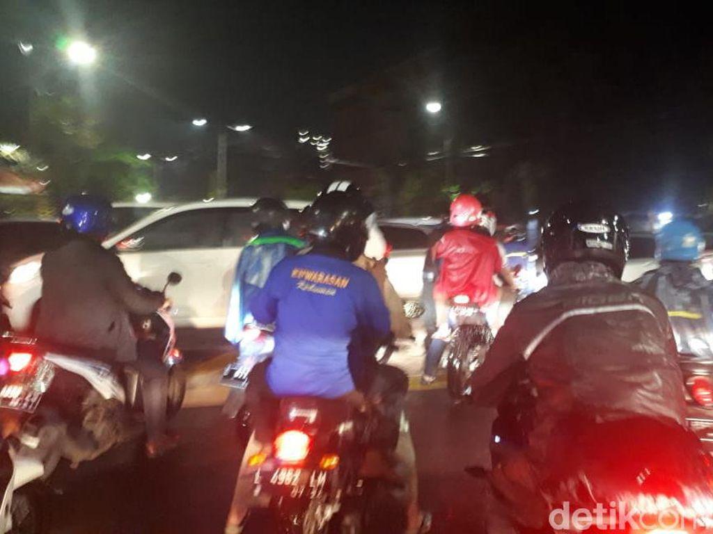 Jalan-jalan di Surabaya Tergenang Air, Arus Lalu Lintas Macet Parah