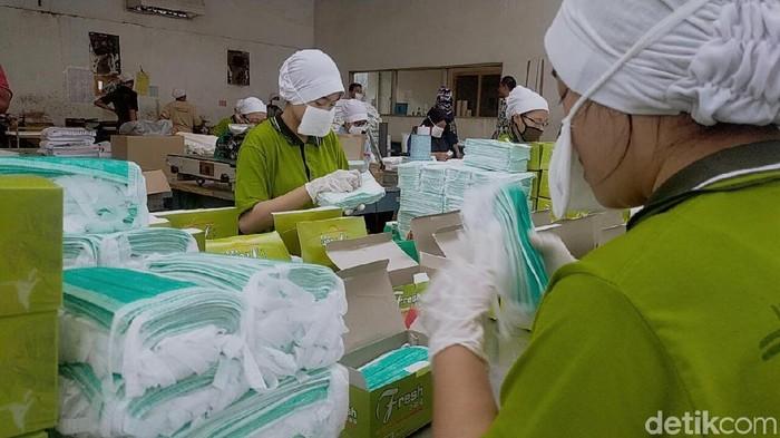 Mencari tahu cara pakai masker yang benar langsung ke pabriknya (Foto: Deny Prastyo Utomo)