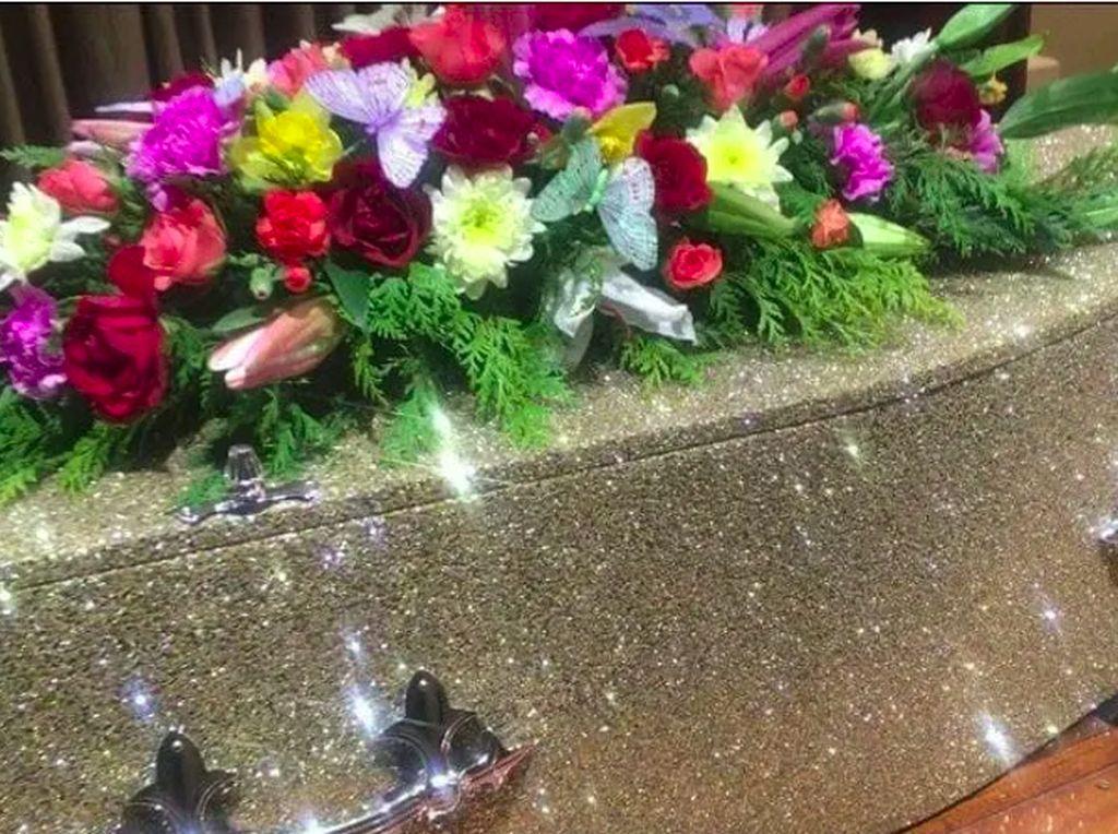 Dijual, Peti Mati Glitter Bagi yang Ingin Tetap Glamour di Pemakaman Sendiri