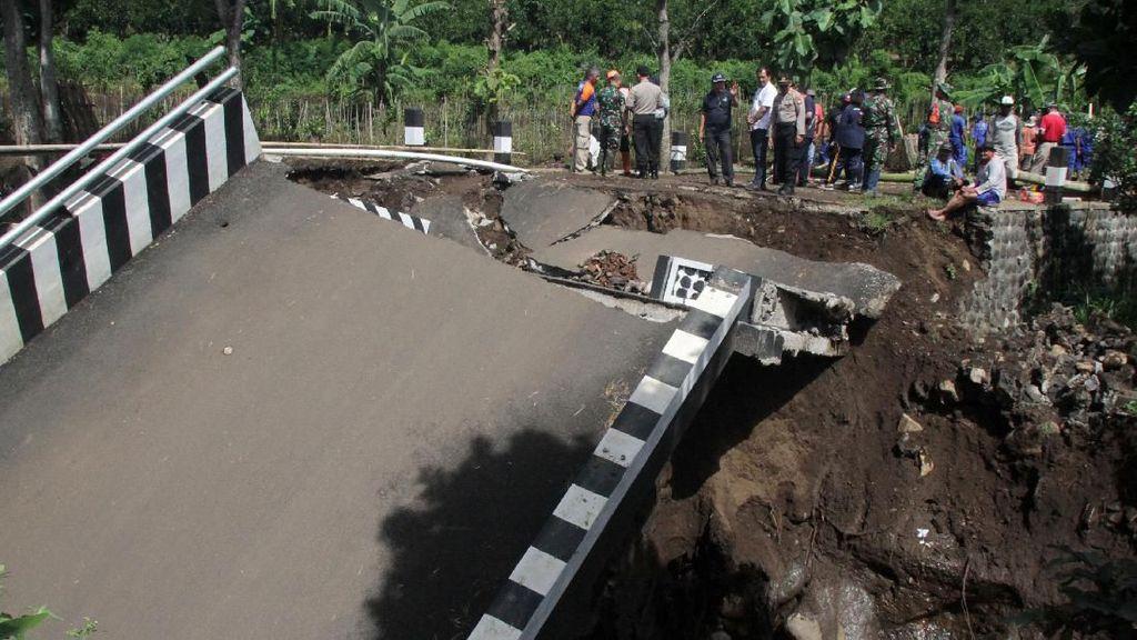 Jembatan Ambruk Diterjang Banjir Lumpur di Malang