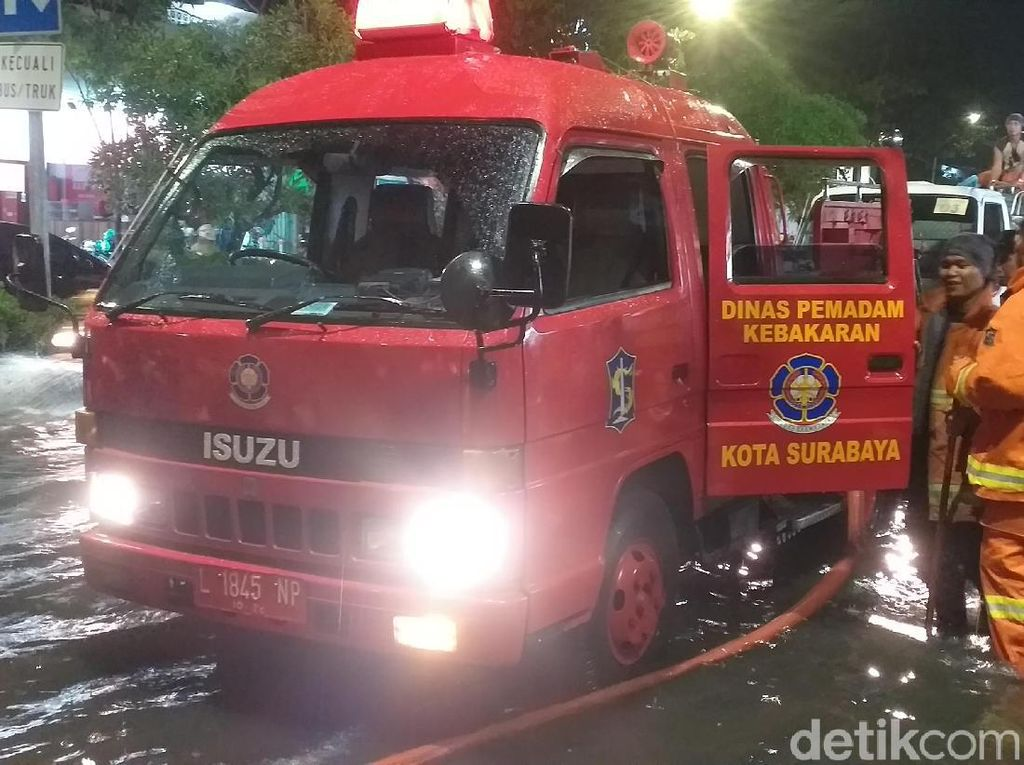Mobil Damkar dan Tangki Dikerahkan Sedot Genangan di Jalanan Surabaya