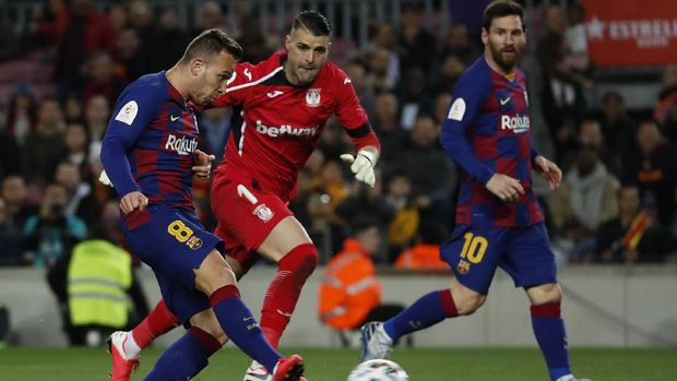 Barcelona's Arthur, left, kicks the ball to score his side's fourth goal during a Spanish Copa del Rey soccer match between Barcelona and Leganes at the Camp Nou stadium in Barcelona, Spain, Thursday, Jan. 30, 2020. (AP Photo/Joan Monfort)