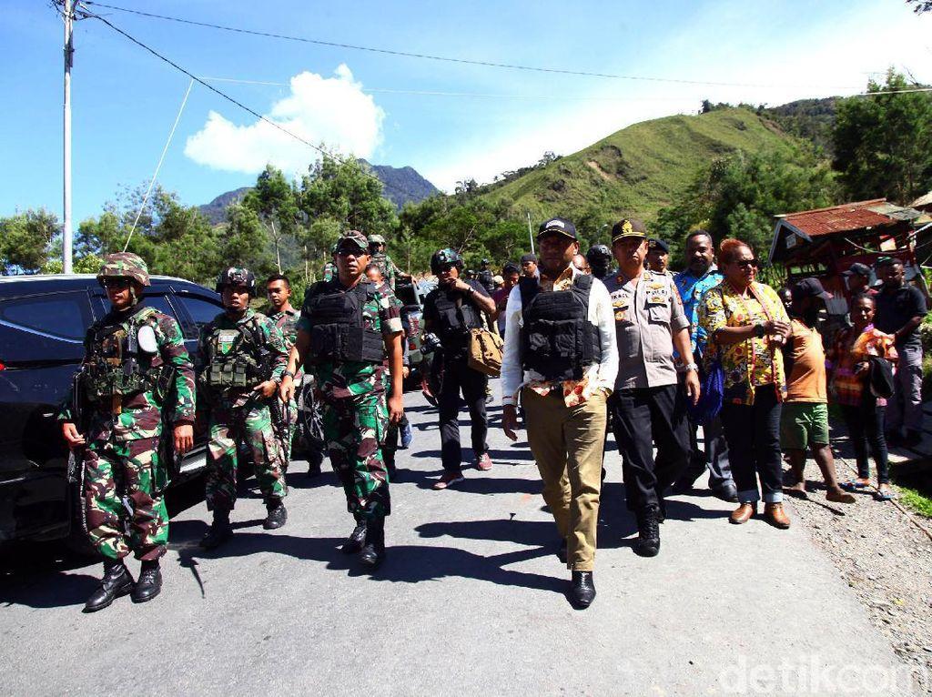 Momen Anggota DPR Komisi I Tinjau Pos Pengamanan di Papua