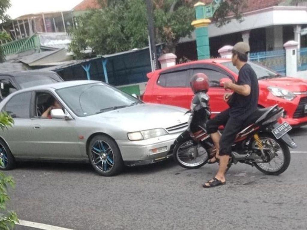 Teka-teki Sosok Pemotor Santuy yang Viral Hadang Mobil di Klaten