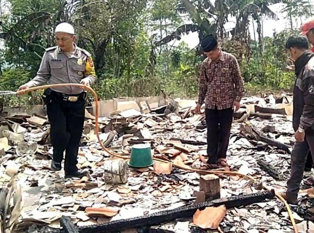 Diduga Korsleting Listrik, Rumah Panggung di Sukabumi Ludes Terbakar