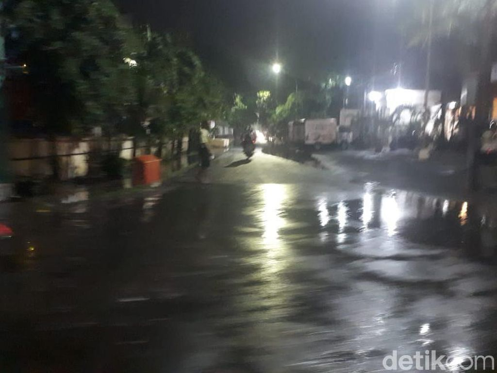 Air yang Menggenangi Jalanan Surabaya Mulai Surut