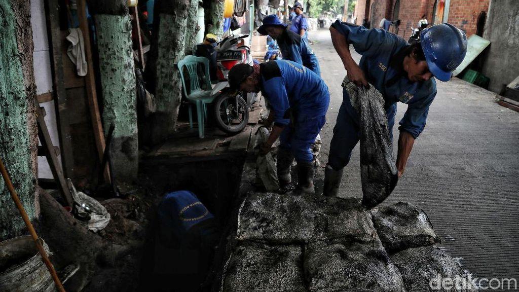 Antisipasi Banjir, Lumpur di Selokan Gunung Sahari Dibersihkan