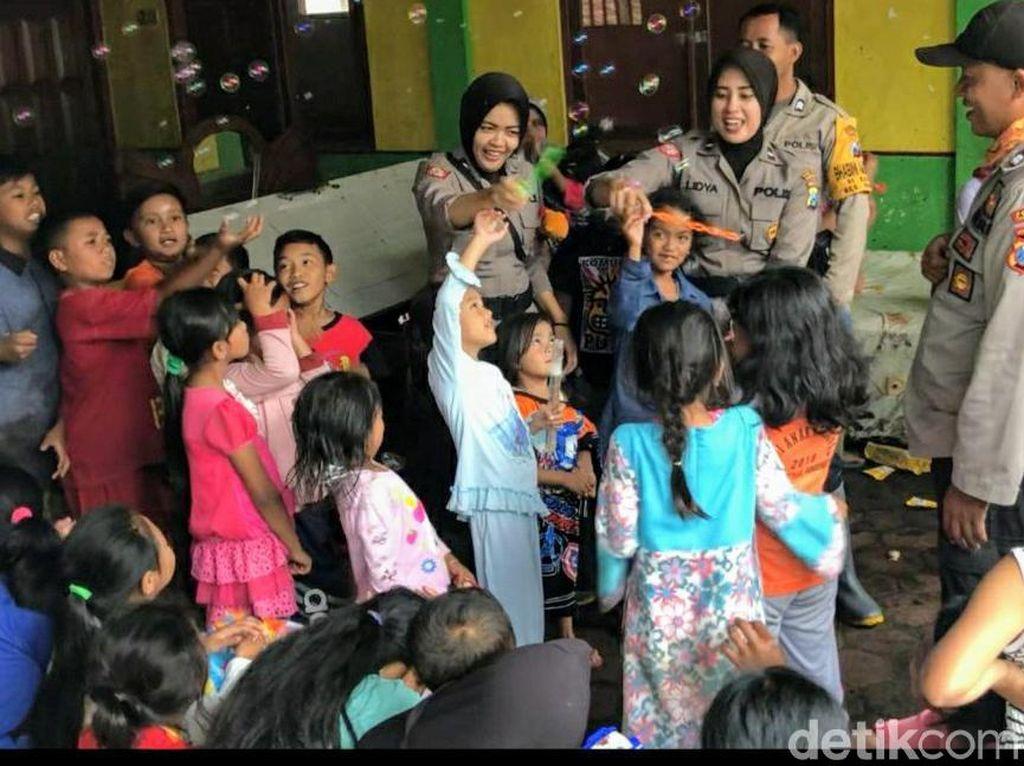 Polwan Ini Buat Anak-anak Lupa dengan Trauma Banjir Bandang yang Dialami
