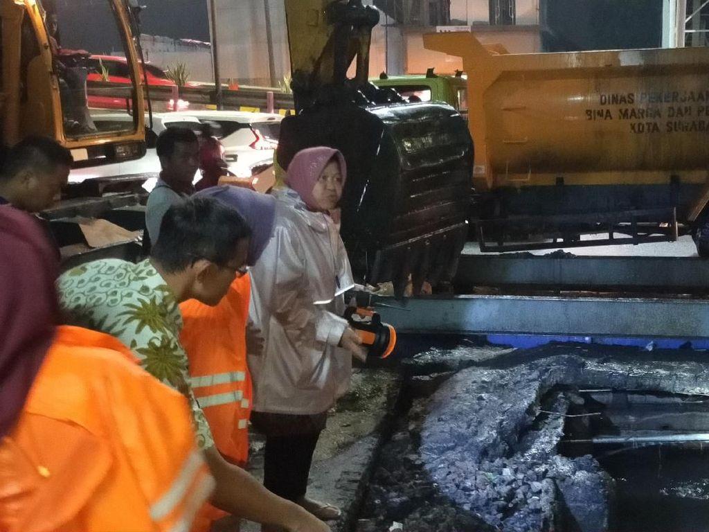 Saat Risma Turun Langsung Bantu Surutkan Banjir yang Genangi Surabaya