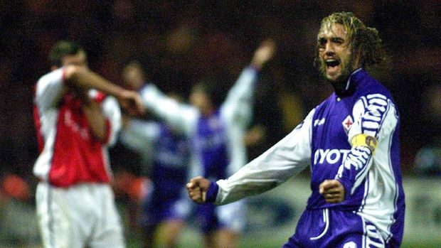 Fiorentina's goalscorer Gabriel Batistuta celebrates after the final whistle while Arsenal's Nigel Winterburn wipes his head in dejection at the UEFA Champions League match at Wembley Stadium 27th October 1999. Fiorentina won the match 1-0. (ELECTRONIC IMAGE) (Photo by ADRIAN DENNIS / AFP)