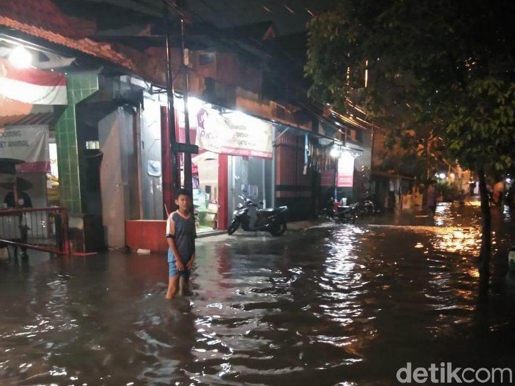 Diguyur Hujan Lebat, Jalanan di Surabaya Kembali Kebanjiran