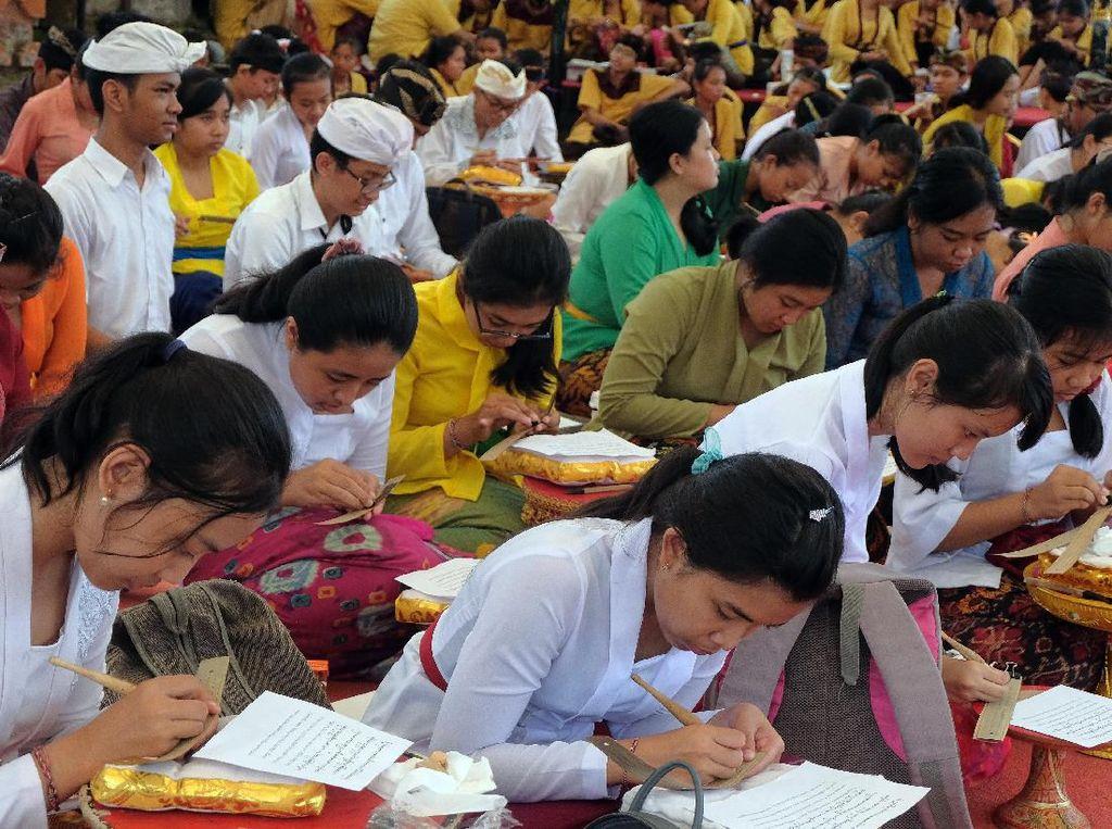 2.020 Orang Ikuti Festival Menulis Aksara Bali