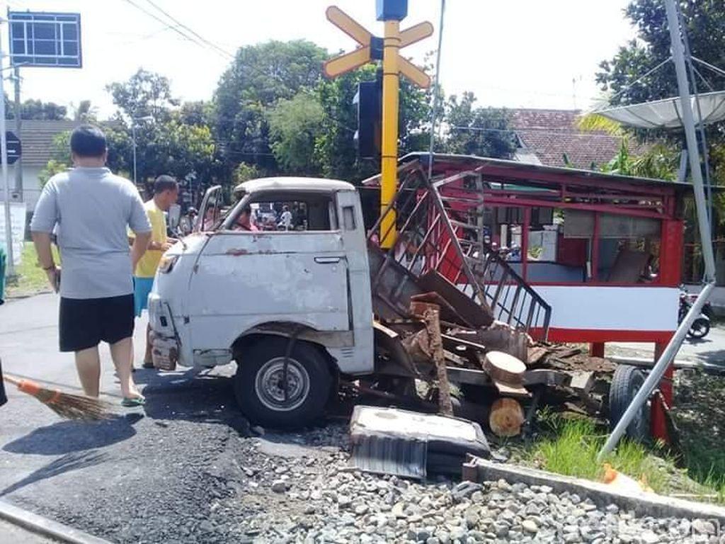 Pikap Tertabrak Kereta, 2 Penumpang Luka Berat 3 Perjalanan KA Terganggu