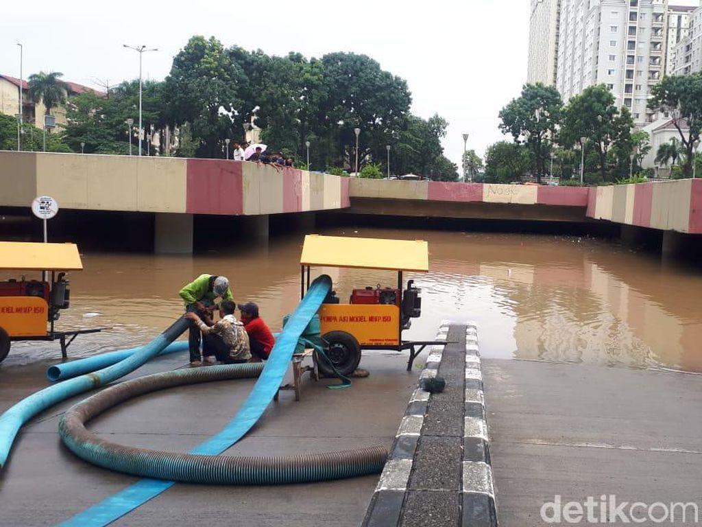 5 Unit Damkar Dikerahkan Sedot Banjir Underpass Kemayoran