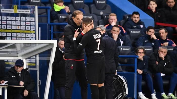 Paris Saint-Germains French forward Kylian Mbappe (R) speaks with Paris Saint-Germains German coach Thomas Tuchel as he leaves the pitch during the French L1 football match between Paris Saint-Germain (PSG) and Montpellier Herault SC at the Parc des Princes stadium in Paris, on February 1, 2020. (Photo by FRANCK FIFE / AFP)