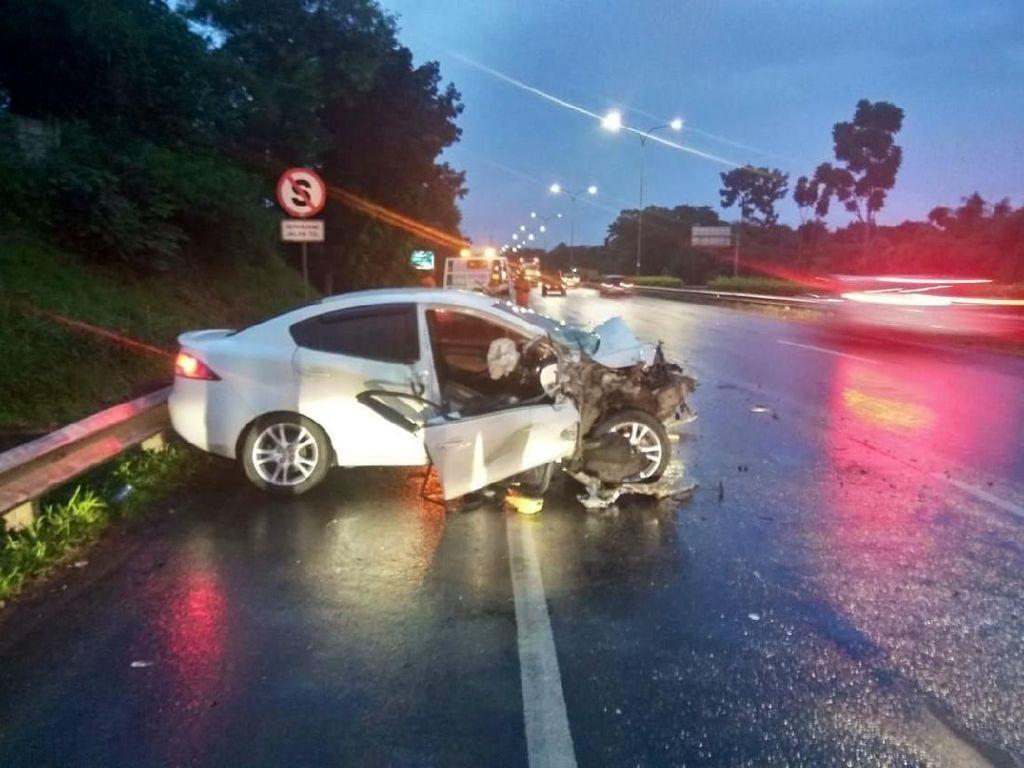 Kecelakaan di Tol Cikunir Arah Bekasi, Sebuah Mobil Ringsek
