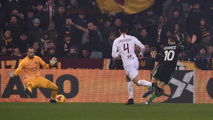 REGGIO NELLEMILIA, ITALY - FEBRUARY 01: Filip Djuricic of Sassuolo scores thhis teams third goal during the Serie A match between US Sassuolo and  AS Roma at Mapei Stadium - Città del Tricolore on February 01, 2020 in Reggio nellEmilia, Italy. (Photo by Tullio M. Puglia/Getty Images)