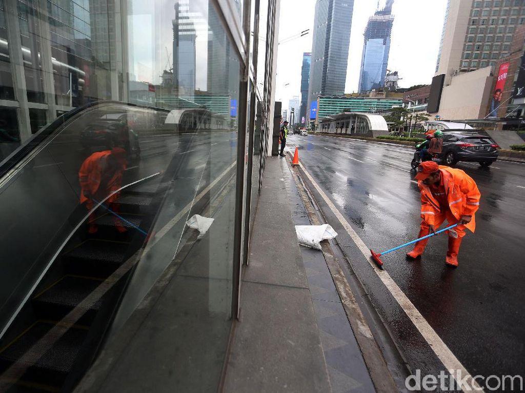 Aksi Pasukan Oranye Bersihkan Sisa Banjir Jakarta