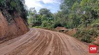 Tebing dan jurang di sepanjang jalan dari Pekanbaru menuju Desa Sialang Harapan, tempat sekolah marjinal berdiri