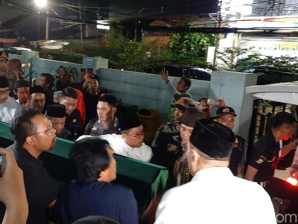 Jenazah Gus Sholah Diberangkatkan ke Rumah Duka di Mampang, Jaksel