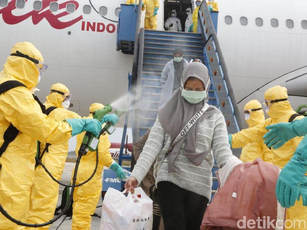 WNI dari Wuhan Disemprot Disinfektan Saat Turun Pesawat, Efektifkah?