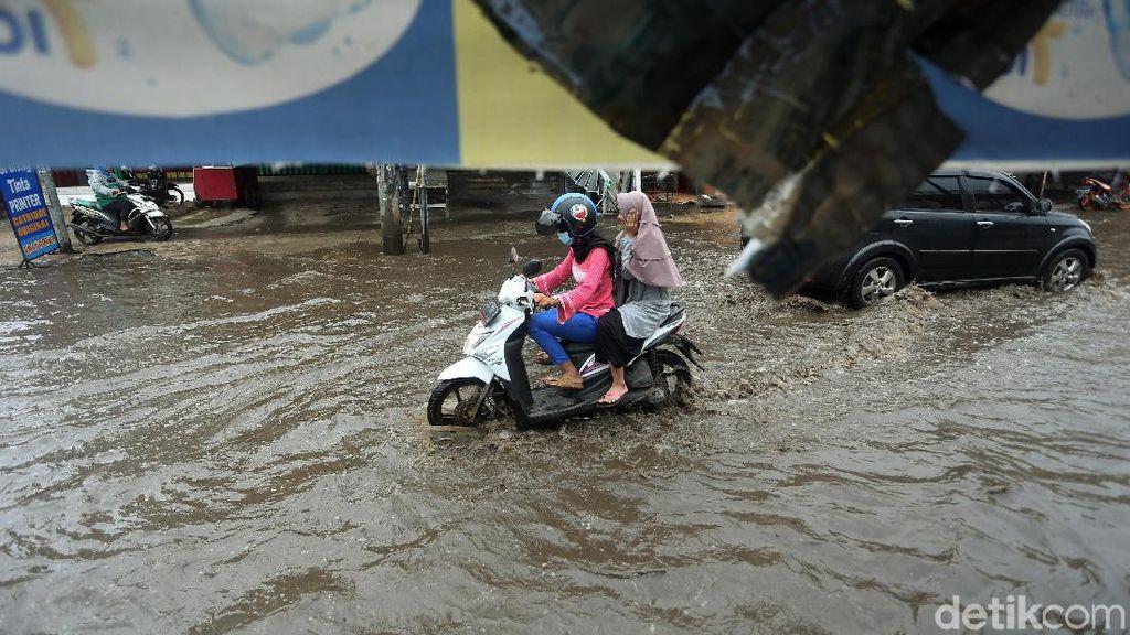 Saluran Air Buruk, Jalan Jatibening Bekasi Banjir Saat Hujan