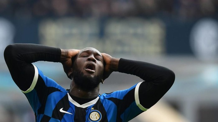 Inter Milans Belgian forward Romelu Lukaku reacts after missing a goal opportunity during the Italian Serie A football match Inter Milan vs Cagliari on January 26, 2020 at the San Siro stadium in Milan. (Photo by Miguel MEDINA / AFP)