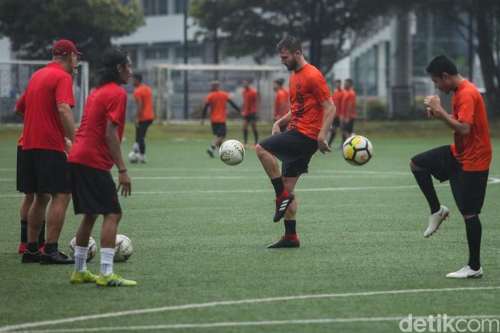 Persija Jakarta terus menggeber latihan menyambut Liga 1 2020. Dua pemain anyar mereka, Marco Motta dan Marc Klok sudah ikut dalam sesi pagi ini.
