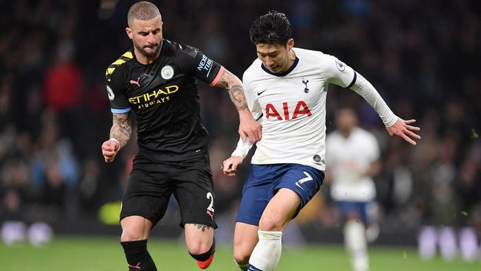 LONDON, ENGLAND - FEBRUARY 02: Kyle Walker of Manchester City  battles for possession with  Heung-Min Son of Tottenham Hotspur during the Premier League match between Tottenham Hotspur and Manchester City at Tottenham Hotspur Stadium on February 02, 2020 in London, United Kingdom. (Photo by Justin Setterfield/Getty Images)