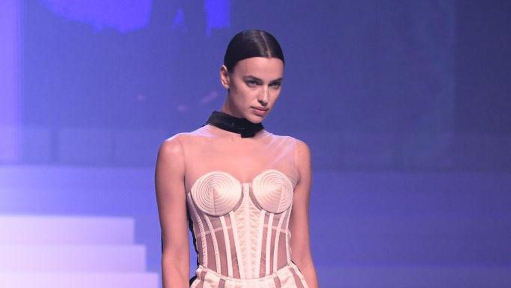 Seksinya Irina Shayk Pakai Gaun Transparan Saat Jadi Model Catwalk
