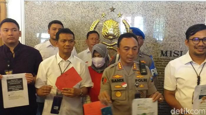 Polisi menampilkan Zikria dan barang bukti kasusnya (Foto: Amir Baihaqi)