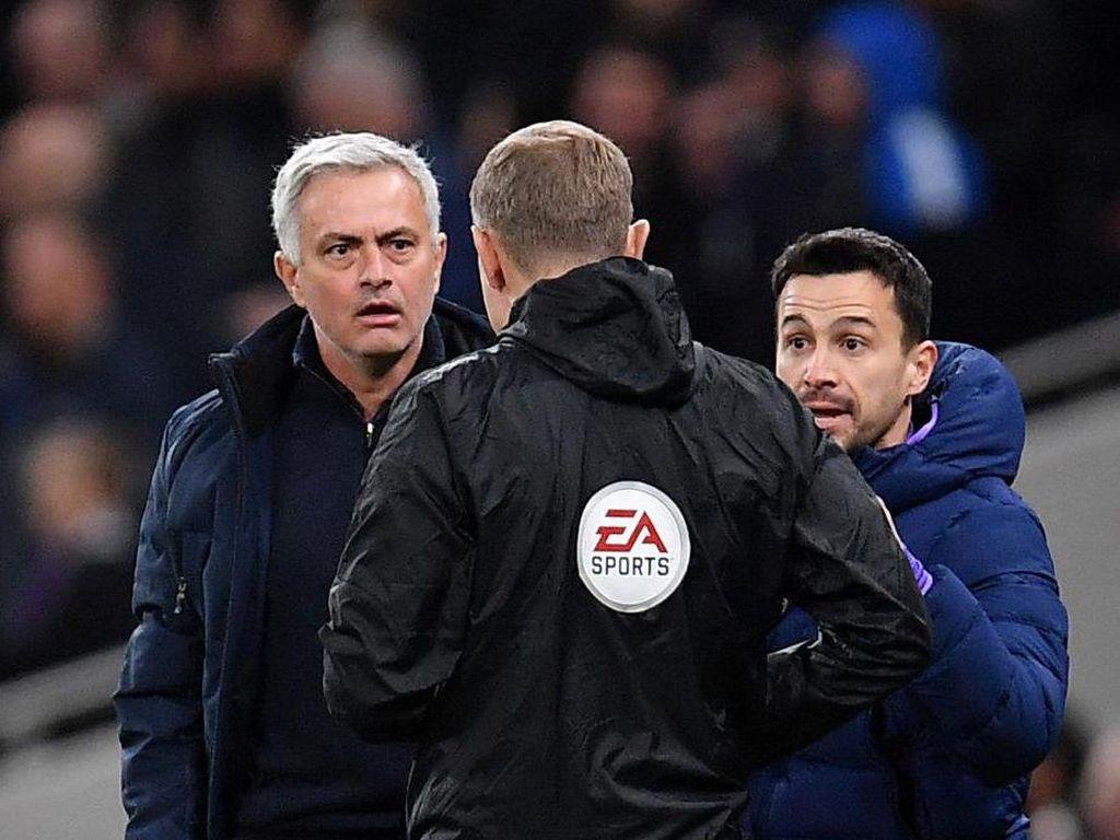 Mourinho: Sterling Seharusnya Dikartu Merah