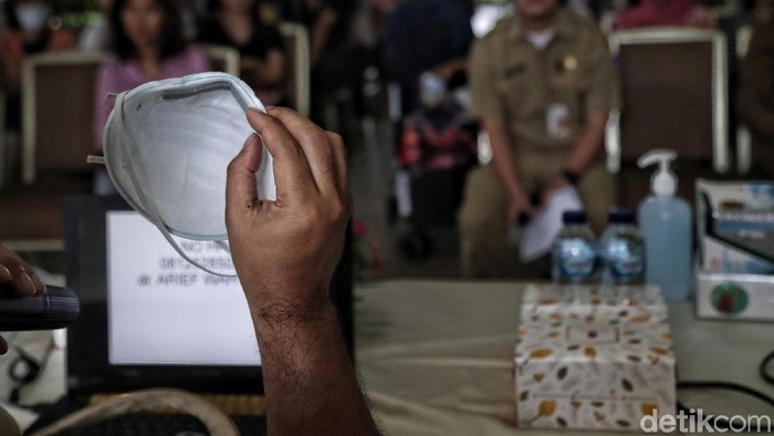 Sejumlah warga mengikuti penyuluhan antisipasi virus Corona di kawasan Apartemen Meditarenia Marina dan Apartemen Baywalk, Jakarta Utara, Senin (3/2). Kegiatan tersebut bertujuan memberitahu kepada warga tentang bahaya virus Corona dan cara mengantisipasinya.